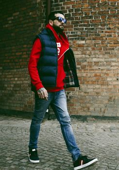 Stylizace č. 179 - vesta s kapucí, mikina s kapucí, džíny