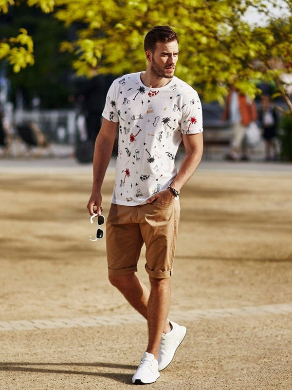 Stylizace č. 273 - sluneční brýle, kožený náramek, tričko s potiskem, kraťasy