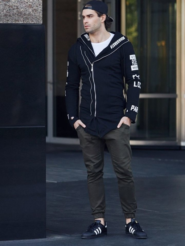 Stylizace č. 334 - hodinky, mikina s potiskem, tričko s dlouhým rukávem, baggy kalhoty