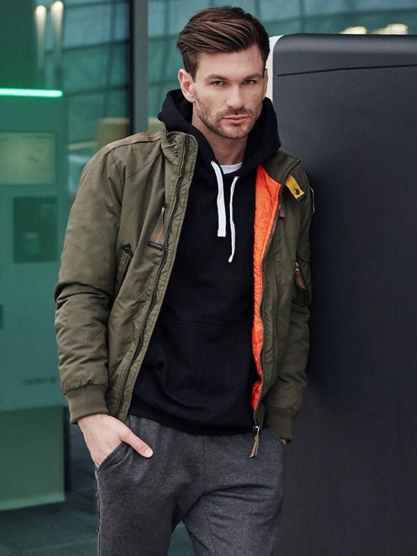 Stylizace č. 386 - zimní bunda, mikina s kapucí, klasické tričko, teplákové jogger kalhoty
