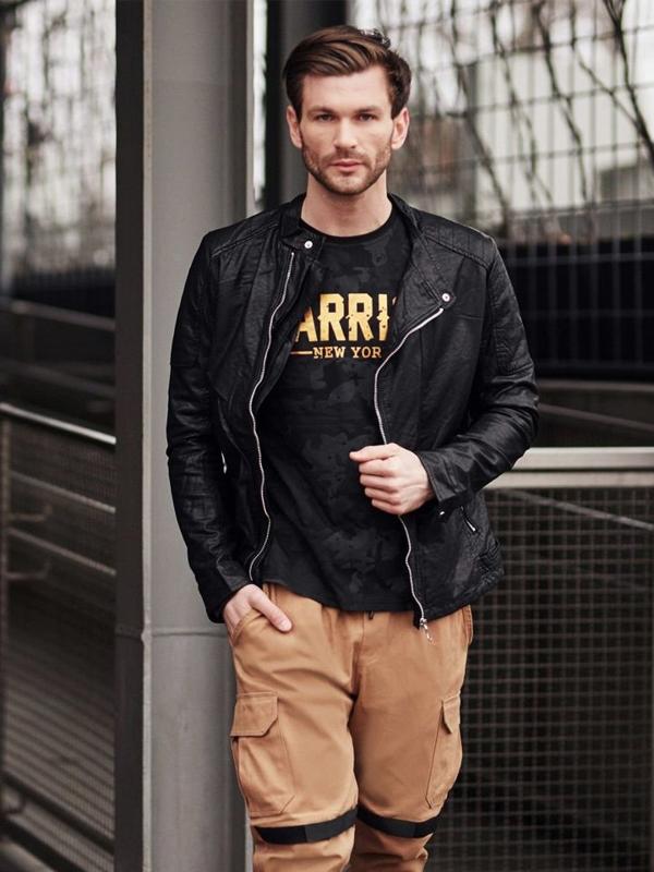 Stylizace č. 402 - koženková bunda, tričko s dlouhými rukávy a potiskem, kapsáče