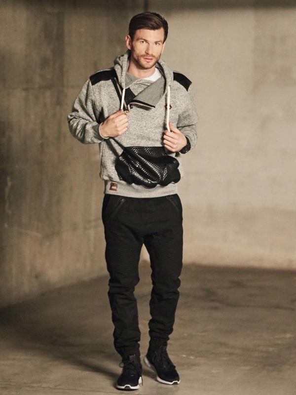 Stylizace č. 410 - hodinky, mikina s kapucí, tričko s dlouhými rukávy bez potisku, kapsáče