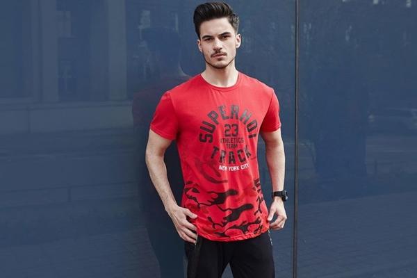 Stylizace č. 436 - tričko s potiskem, tepláky jogger, hodinky