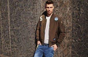 Stylizace č. 433 - přechodová bunda, džínové jogger kalhoty, tričko s dlouhými rukávy